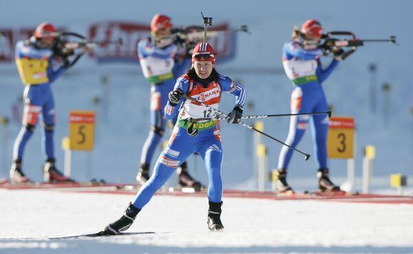 Ольга Медведцева покидает огневой рубеж во время масс-старта четвертого этапа Кубка мира по биатлону