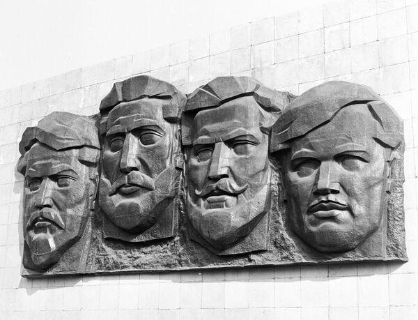 Барельеф на братской могиле 26 бакинских комиссаров