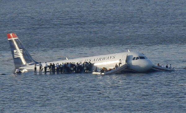 Пассажирский самолет Аэробус-320 рухнул в реку Гудзон в США