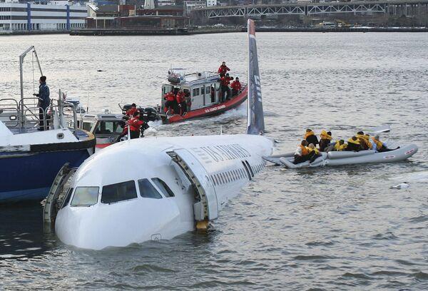 Пассажирский самолет Аэробус-320 упал в реку Гудзон в США