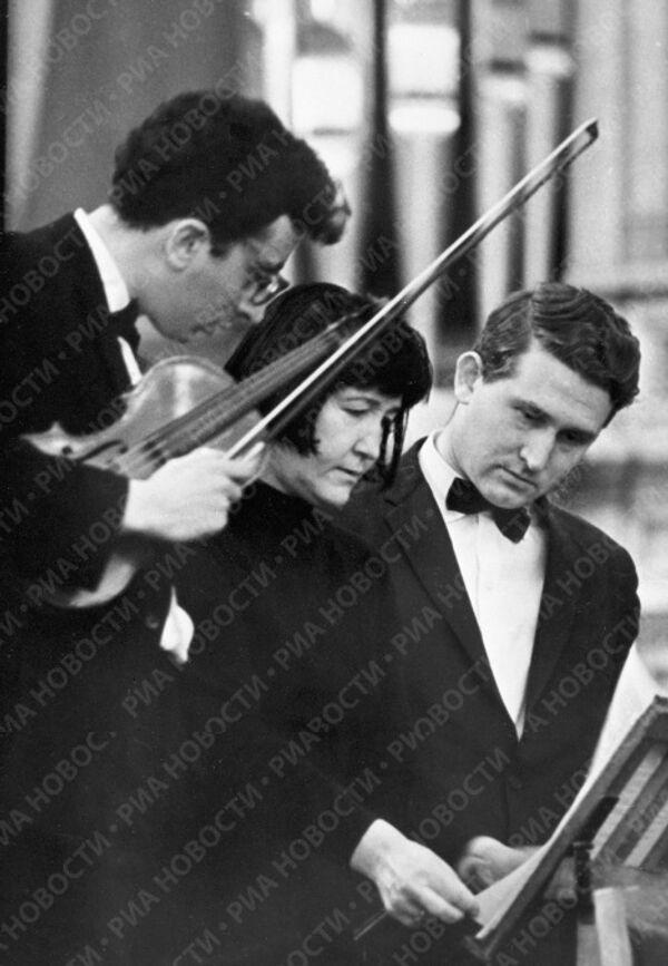 Вероника Дударова с музыкантами во время репетиции