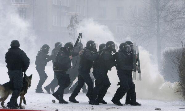 Разгон участников беспорядков у здания парламента в центре Вильнюса