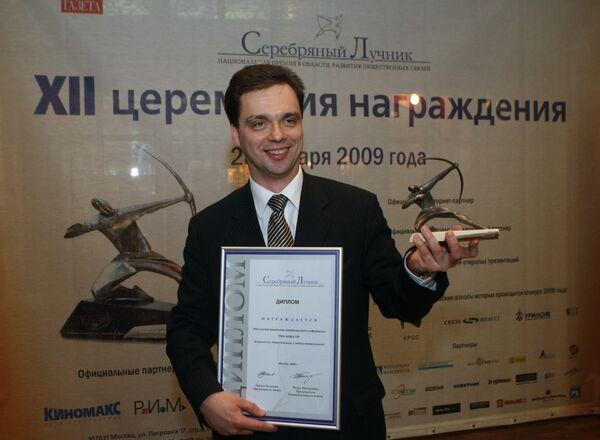 Заместитель генерального директора ФГУП РАМИ РИА Новости Валерий Левченко со статуэткой Серебряного Лучника