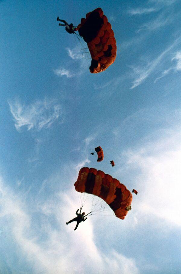 Прыжки с парашютом курсантов воздушно-десантного училища