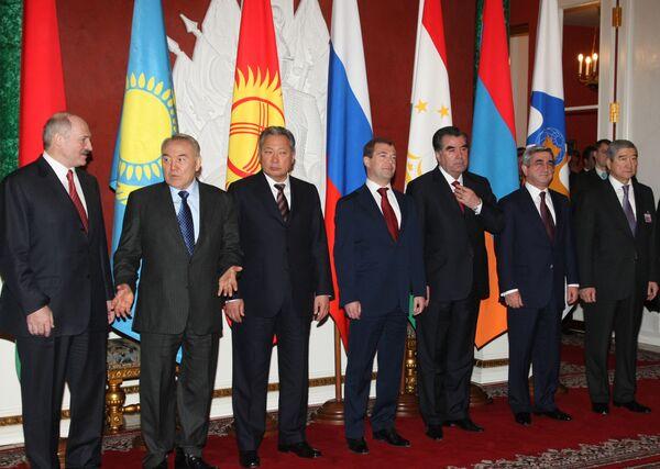 Главы государств во время совместного фотографирования после заседания в узком составе Межгосударственного совета ЕврАзЭС