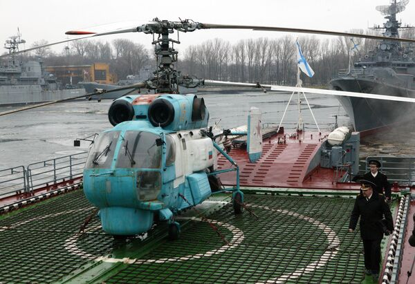Вертолет Ка-27 сторожевого корабля Балтфлота Неустрашимый несколько раз обращал сомалийских пиратов в бегство
