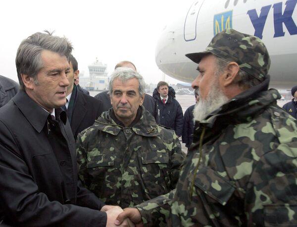 Виктор Ющенко встретил экипаж украинского сухогруза «Фаина» в аэропорту «Борисполь»