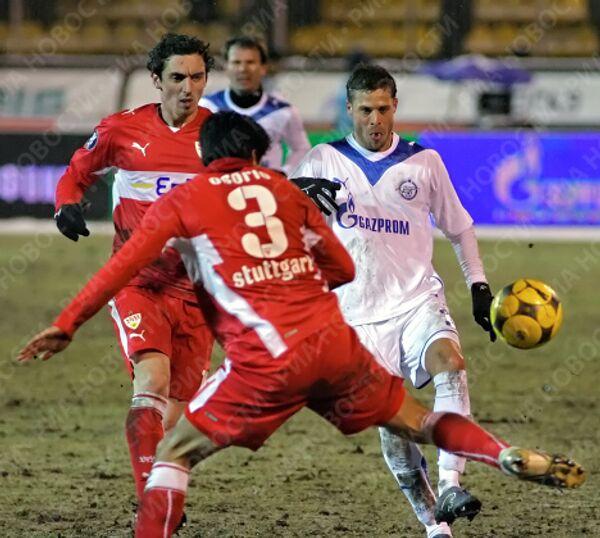 Защитник Зенита Радек Ширл (в белой форме) рвется к ворота Штутгарта