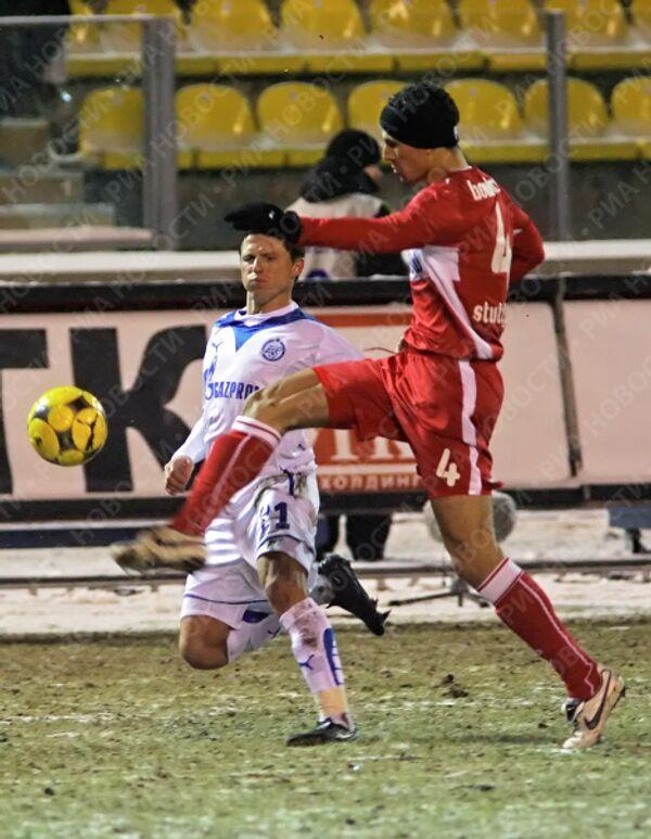 Навес Игоря Семшова (в белой форме) блокирует Халид Булахруз.