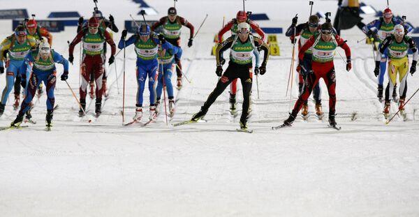 Быстрый бег помешал точной стрельбе биатлонистам в спринте - тренер