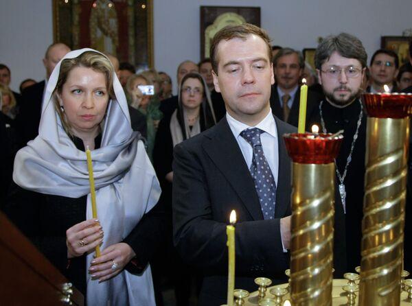 Президент России Дмитрий Медведев и супруга президента России Светлана Медведева посетили православную церковь Святителя Николая Чудотворца