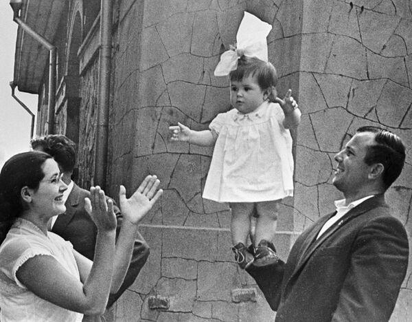 Гагарин с женой и дочкой на отдыхе в Крыму