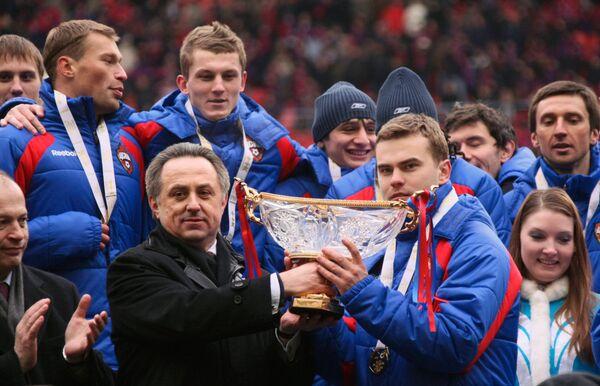 Президент РФС Виталий Мутко и вратарь ЦСКА Игорь Акинфеев (на первом плане слева направо) с Суперкубком России по футболу.