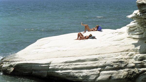 Отдыхающие на пляже Кипра