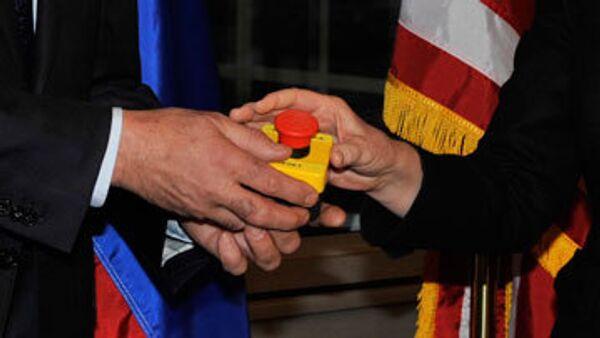 Хиллари Клинтон подарила главе МИД России сувенир в виде кнопки