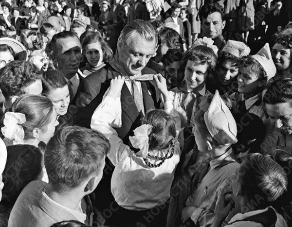 Московские пионеры повязывают галстук Сергею Михалкову