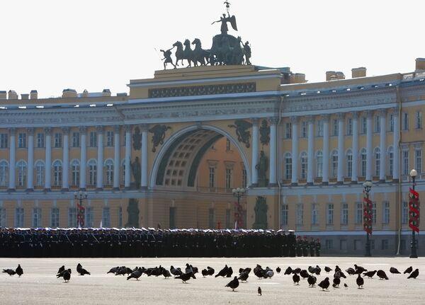 Дворцовая площадь постоянно становится местом проведения самых различных массовых городских мероприятий - концертов, спортивных программ, праздничных гуляний