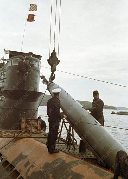 Подводники грузят торпеду на подводную лодку