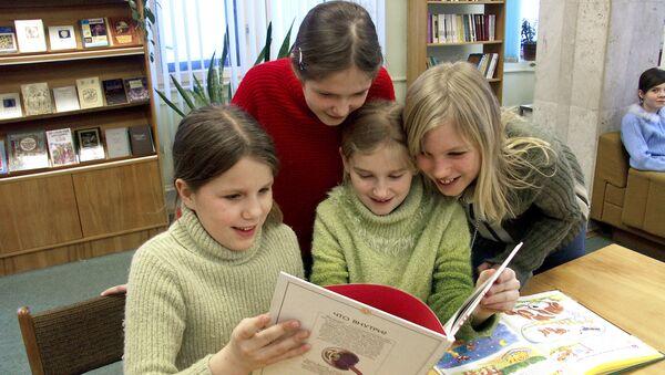 Посетители детской библиотеки. Архивное фото