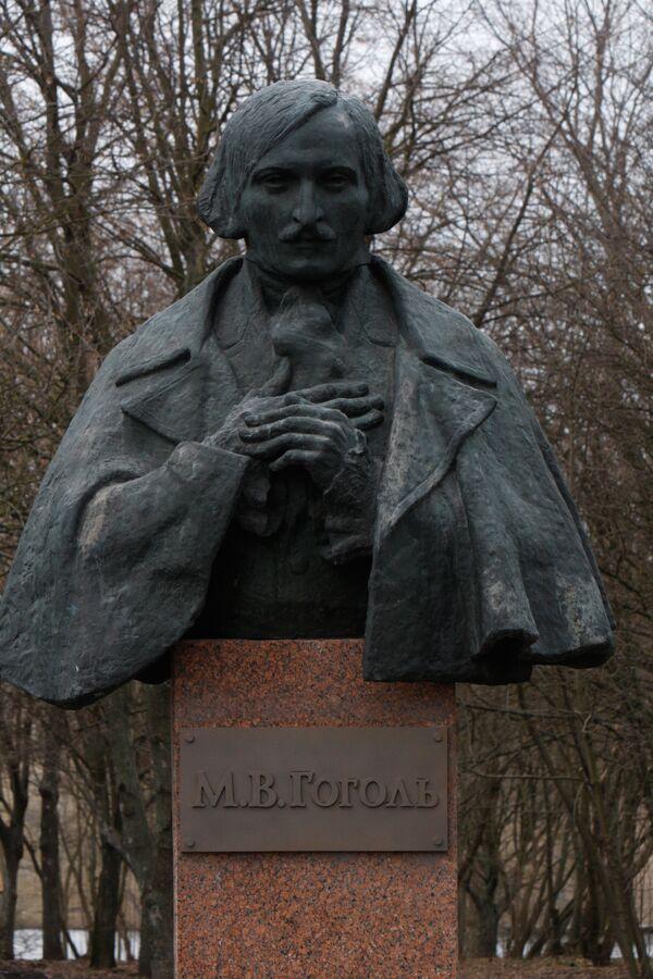 Памятник Н.В. Гоголю в родовом имении писателя Васильевке