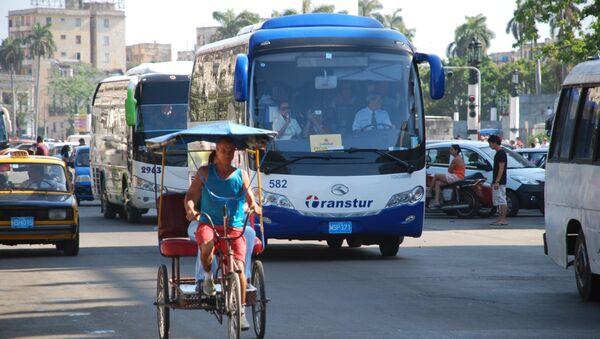 Куба, Гавана. Туристические автобусы на площади в центре города