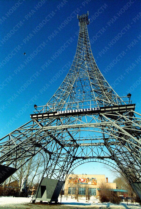 Эйфелева башня в селе Париж