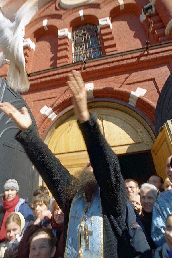 Патриарх Кирилл в Благовещение выпустил птиц в небо над Кремлем