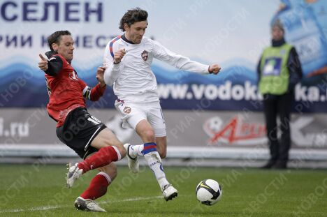 Защитник Химок Миодраг Йованович и полузащитник ЦСКА Юрий Жирков (слева направо)