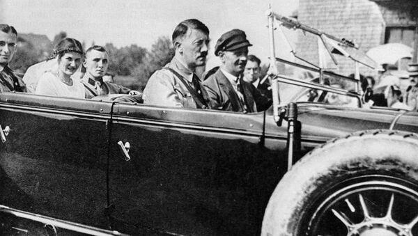 Адольф Гитлер (в центре) с соратником по партии Мартином Борманом (сзади) и его невестой