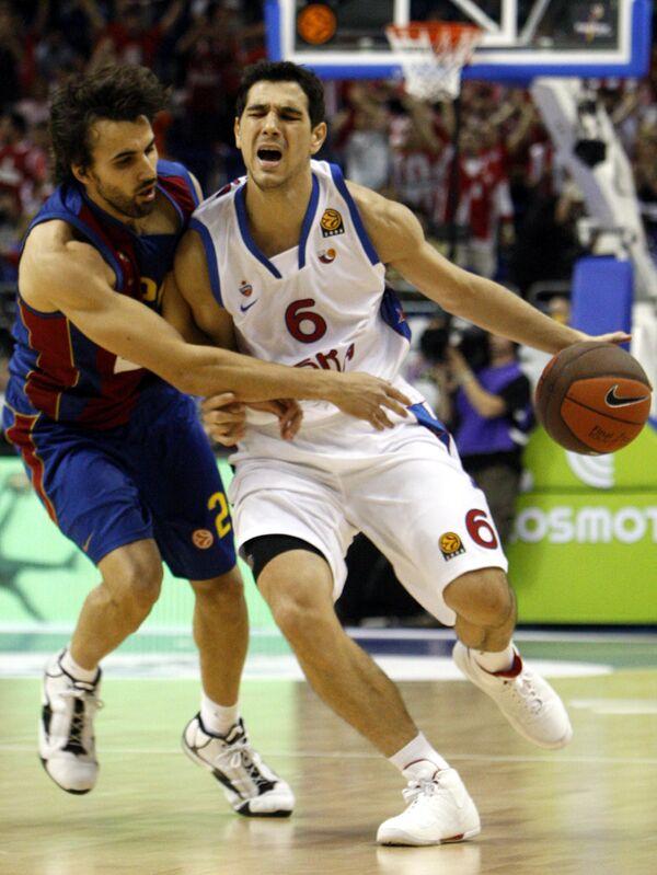 Нападающий ЦСКА Никос Зисис (справа) против защитника Барселоны Виктора Сады в матче Финала четырех Евролиги