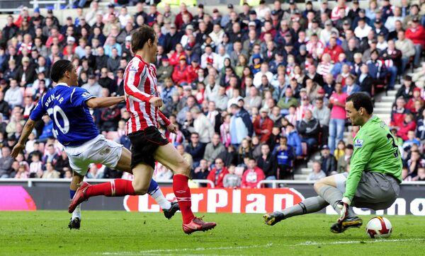 Полузащитник Эвертона Стивен Пинеаар (слева) забивает мяч в ворота Сандерленда