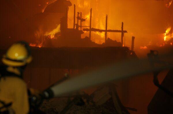 Люди вынуждены эвакуироваться из-за природного пожара в Калифорнии