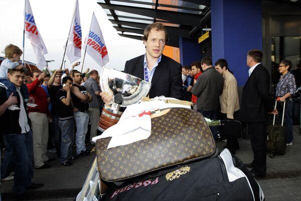Илья Никулин во время встречи сборной России по хоккею в аэропорту Шереметьево-1