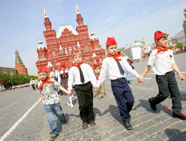 Ребята, принятые в пионеры во время прогулки по Красной площади. Архив