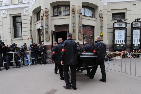 Многотысячная толпа проводила траурный кортеж Янковского