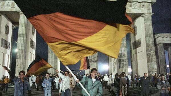 Жители Берлина празднуют объединение Германии