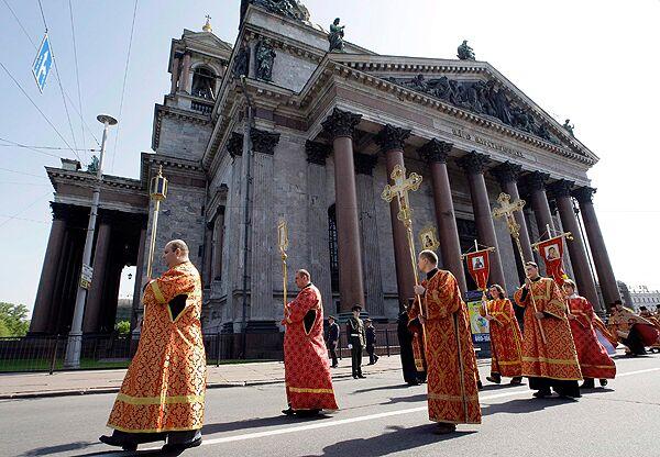 Крестный ход от Исаакиевского собора в Петербурге к историческому зданию Святейшего Правительствующего Синода