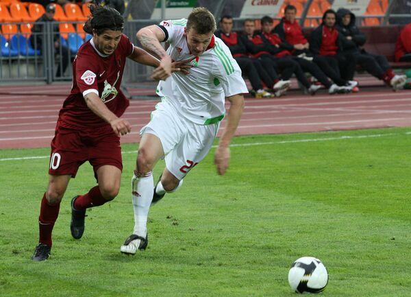 Защитник Локомотива Ян Дюрица (справа) в матче против Рубина