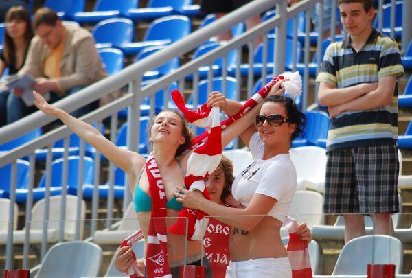 Болельщицы на трибуне стадионе Локомотив