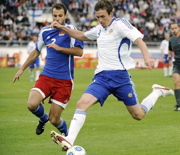 Защитник финнов Тони Каллио (справа) против защитника сборной Лихтенштейна Марко Ритцбергера во время отборочного матча ЧМ-2010