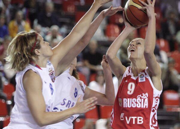 Татьяна Щеголева (справа) в матче против сборной Сербии на ЧЕ по баскетболу