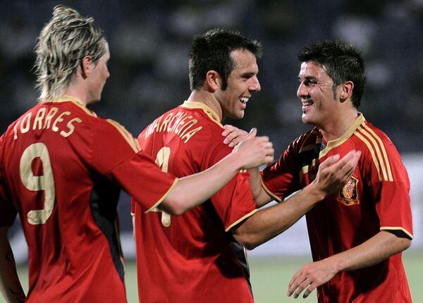 Футболисты сборной Испании Фернандо Торрес (слева) и Карлос Марчена поздравляют Давида Вилью (справа) с голом в ворота Азербайджана