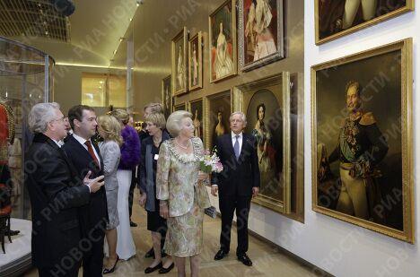 Д.Медведев с супругой и королевой Нидерландов посетили Эрмитаж на Амстеле