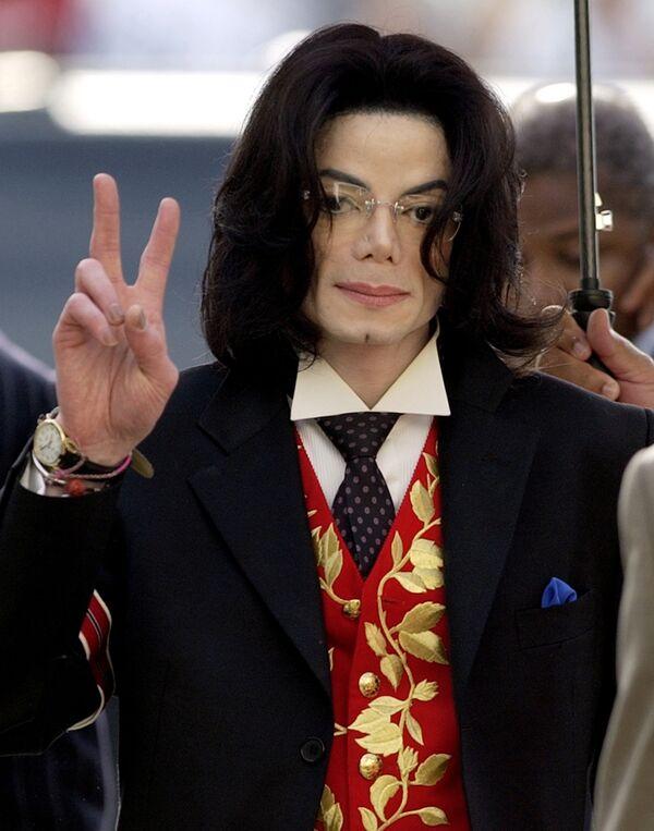 Майкл Джексон у здания суда города Санта-Барбара