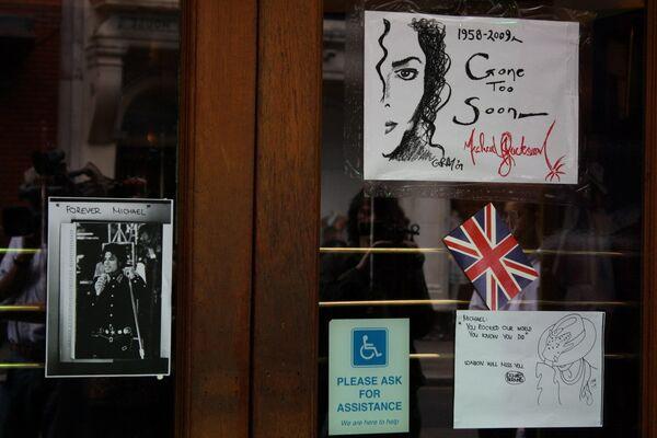 Лондонцы приносят открытки к театру, где идет мюзикл о Майкле Джексоне