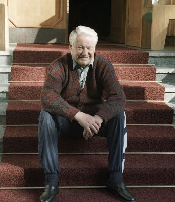 Президент РФ Б. Ельцин сидит на крыльце. Архив