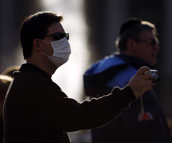 Житель Буэнос-Айреса в защитной маске