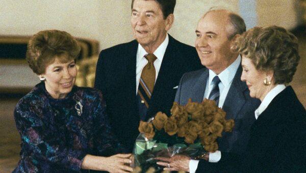 Генеральный секретарь ЦК КПСС Михаил Горбачев и Президент США Рональд Рейганс супругами на встрече в Кремле во время визита Р. Рейгана в СССР