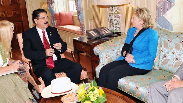 Свергнутый глава Гондураса Мануэль Селайя и госсекретарь США Хиллари Клинтон