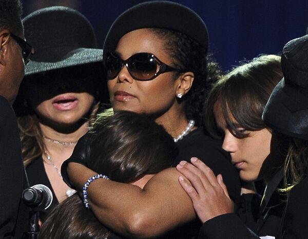 Сестра Майкла Джексона Джанет с его детьми Пэрис Майкл Кэтрин и Принцем Майклом I